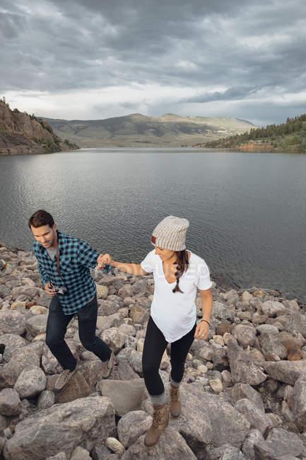 Пара гуляючи на скелях біля Діллон водосховище, підвищені подання Silverthorne, Колорадо, США — стокове фото