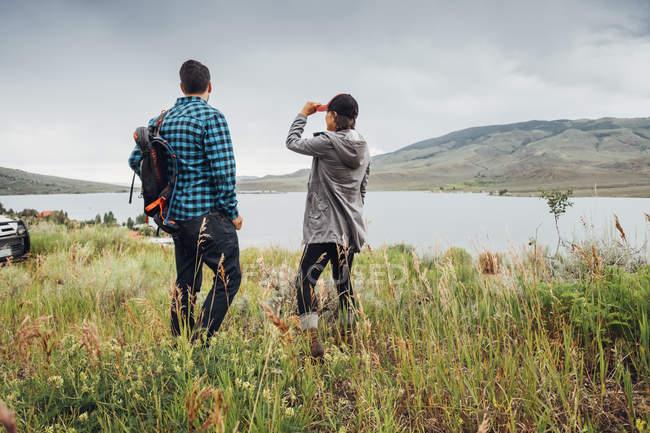 Пара поблизу Діллон водосховище, дивлячись на вигляд, Silverthorne, Колорадо, США — стокове фото