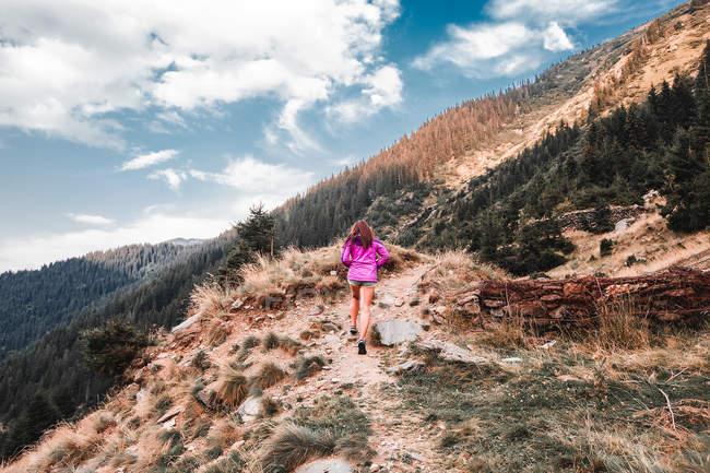 Jovem mulher subir em montanhas de caminho de terra, Draja, Vaslui, Romania — Fotografia de Stock