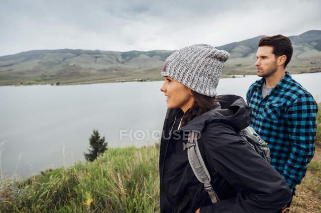 Пара, Піші прогулянки, стоячи біля Діллон водосховище, дивлячись на вигляд, Silverthorne, Колорадо, США — стокове фото