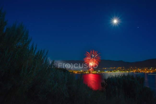Festa del Canada sul lago Okanagan, luna piena in cielo, Penticton, Columbia Britannica, Canada — Foto stock