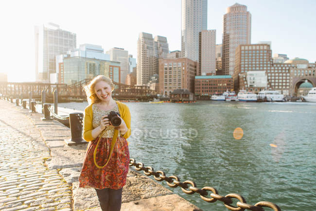 Jovem fotógrafo feminino no cais, Boston, Massachusetts, EUA — Fotografia de Stock