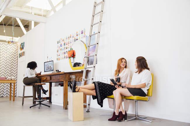 Отдаленные мнение коллег в бюро ноги подняты при принятии перерыв — стоковое фото