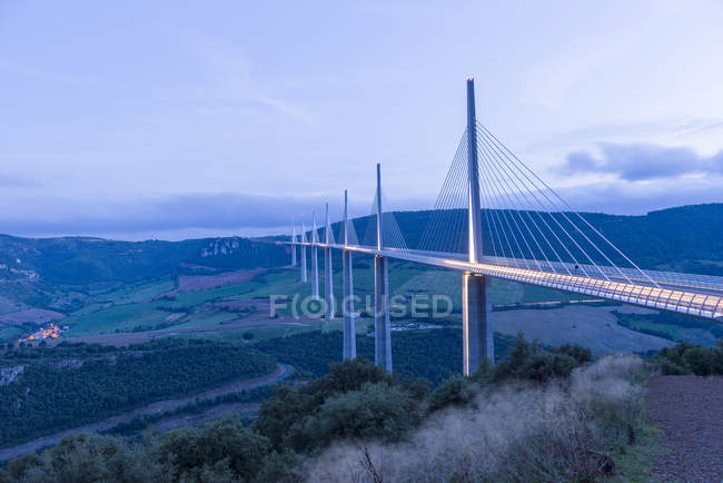 Landscape view of Millau Viaduct at dusk, Millau, Midi Pyrenees, France — Stock Photo