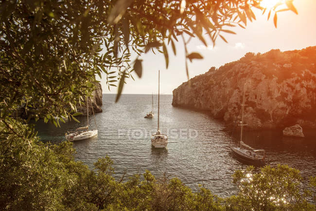 Iates ancorados na baía, Mahon, Menorca, Espanha — Fotografia de Stock