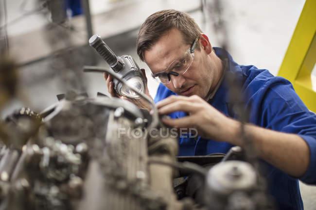 Механік Ревізійної частини автомобіля в ремонт гаража — стокове фото