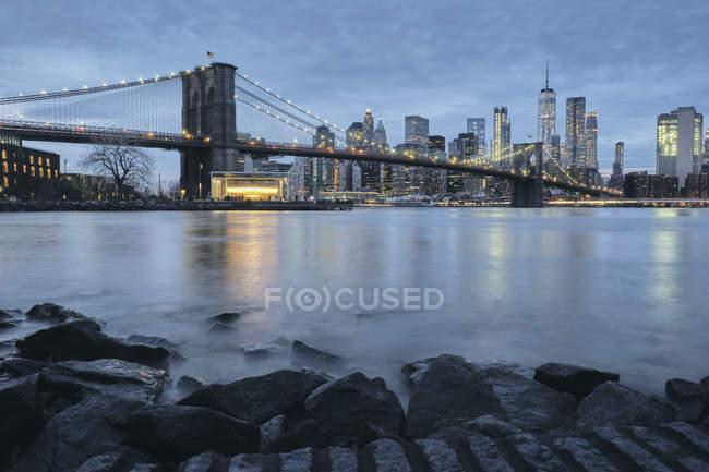 Paesaggio urbano con Brooklyn Bridge e Lower Manhattan skyline al crepuscolo, New York, Stati Uniti — Foto stock