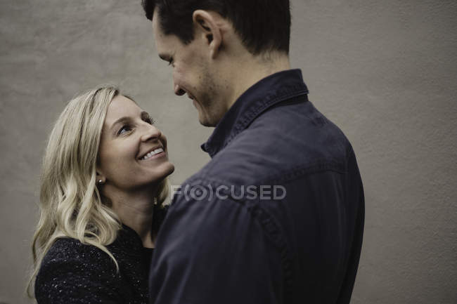 Портрет середині дорослих пара посміхаючись лицем до лиця — стокове фото