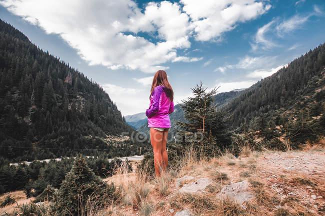Jovem procurando na paisagem de floresta, Draja, Vaslui, Romania — Fotografia de Stock