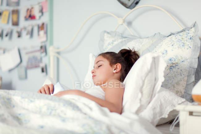 Menina branca na cama dormindo — Fotografia de Stock