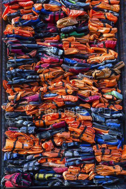 Exposition colorée de gilets de sauvetage pour migrants empilés - Soleil Levant par l'artiste chinois Ai Weiwei, Nyhavn, Copenhague, Danemark — Photo de stock