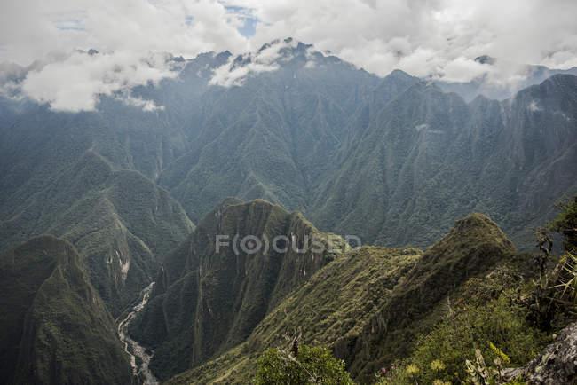 Vista elevada das montanhas nubladas, Machu Picchu, Cusco, Peru, América do Sul — Fotografia de Stock