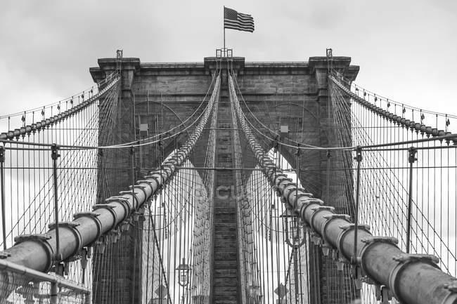Vista da bandeira americana na ponte de Brooklyn, B&W, Nova Iorque, EUA — Fotografia de Stock