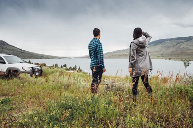 Пара стояли біля Діллон водосховище, дивлячись на вигляд, Silverthorne, Колорадо, США — стокове фото