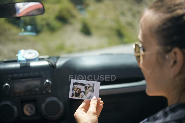 Через плече зору молоду жінку на дорозі поїздки проведення миттєві фотографії з хлопцем, Брекенрідж, Колорадо, США — стокове фото