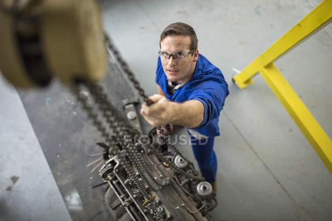 Вид зверху механік лебідки автомобіль двигуна, ремонт гаража — стокове фото
