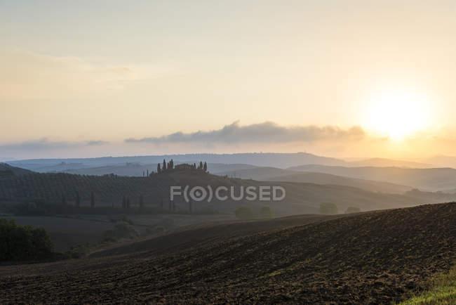 Rolamento backlit paisagem ao pôr do sol, Toscana, Itália — Fotografia de Stock