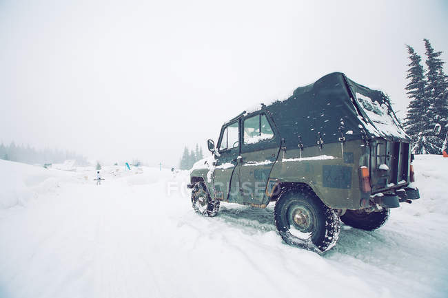 Off-road vehicle on snow-covered field, Gurne, Ukraine — Stock Photo
