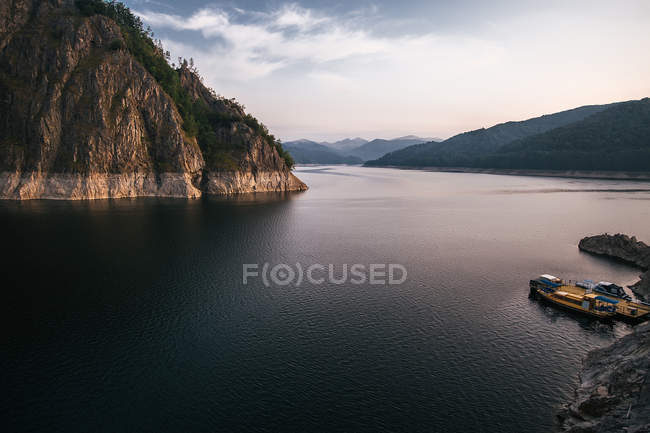 Local barco ancorado na beira do lago, Draja, Vaslui, Romania — Fotografia de Stock