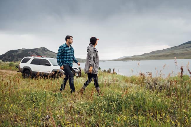 Пара, йдучи поруч з Діллон водосховище, Silverthorne, Колорадо, США — стокове фото