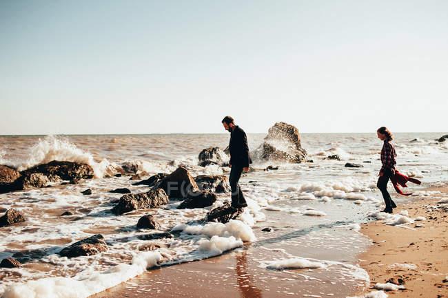 Середині дорослих пара стоячи на скелі в елегантній на пляжі, Одеська область, Україна — стокове фото
