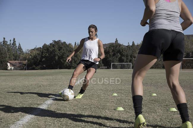Zwei Frauen beim Fußballspielen auf dem Fußballplatz — Stockfoto