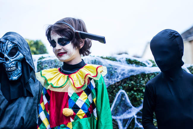 Jeunes garçons vêtus de costumes d'Halloween, de plein air — Photo de stock