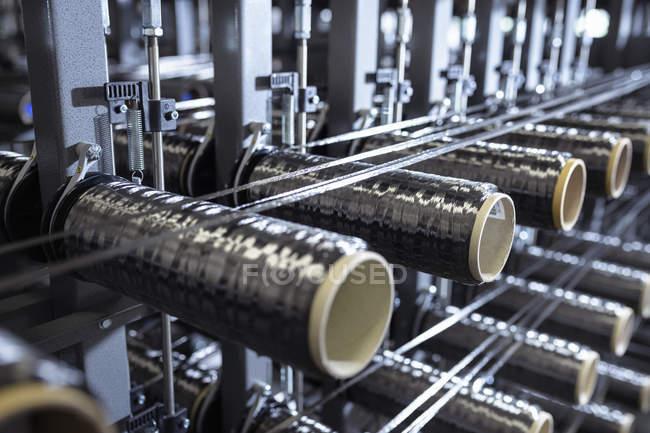 Carbon Faser Spulen am Webstuhl in Kohlenstoff-Faser-Produktionsstätte — Stockfoto