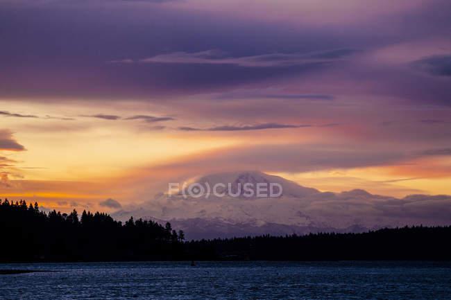 Snow covered mountain at sunset, Bainbridge, Washington, United States — Stock Photo