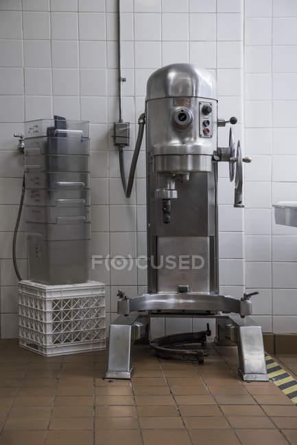 Промислові кухонне обладнання в комерційний кухня — стокове фото