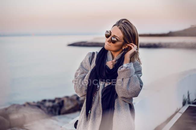 Portrait de femme, lunettes de soleil à la recherche de suite — Photo de stock