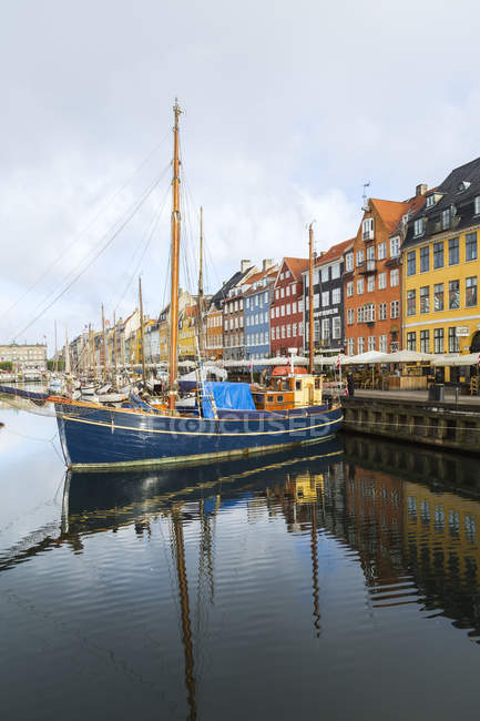 Moored sailboats and colourful 17th century town houses on Nyhavn canal, Copenhagen, Denmark — Stock Photo