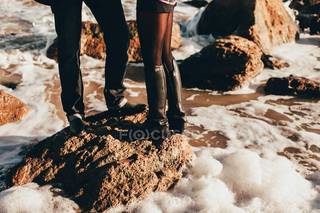 Середині дорослих пара стоячи на скелі в море, обрізані, Одеська область, Україна — стокове фото