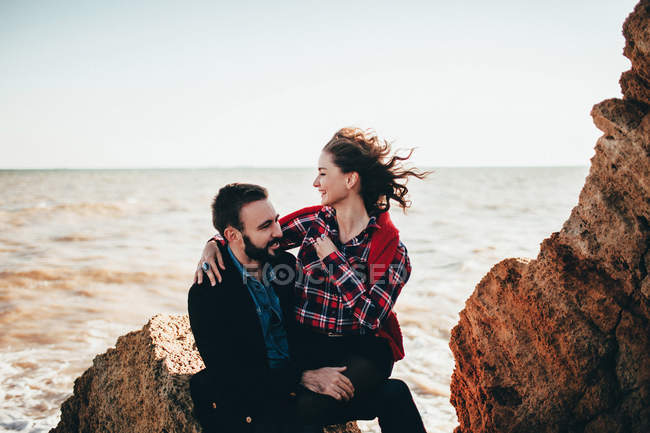 Romântico casal adulto médio sentado na praia rock, Odessa Oblast, Ucrânia — Fotografia de Stock