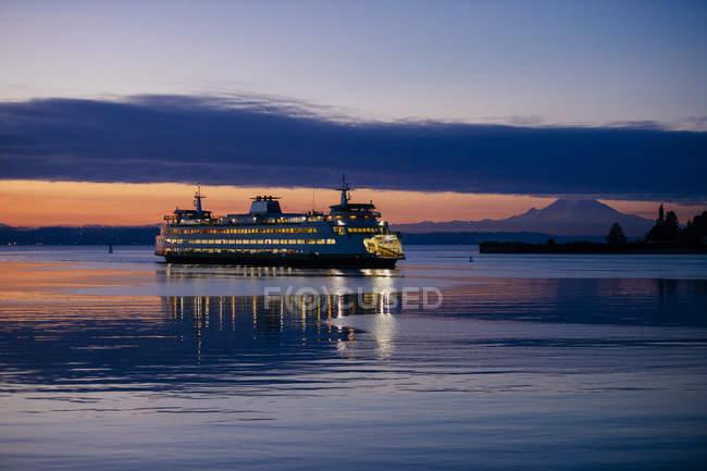 Ferry on Puget Sound at sunset, Bainbridge, Washington, United States — Stock Photo