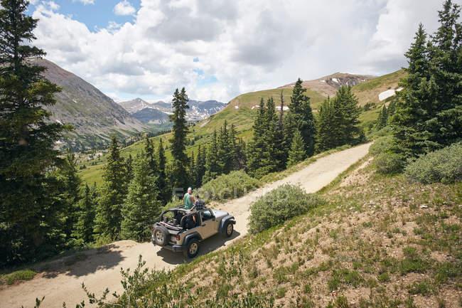 Road Trip paar Blick auf die Rocky Mountains von vier Rad-Cabrio, Breckenridge, Colorado, Usa — Stockfoto