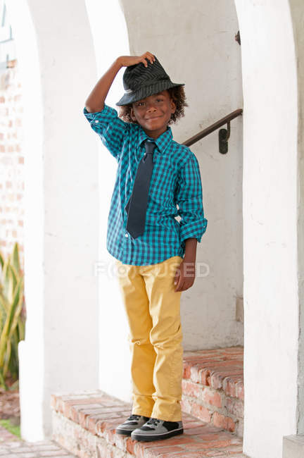 Портрет молодий хлопчик у fedora на відкритому повітрі — стокове фото