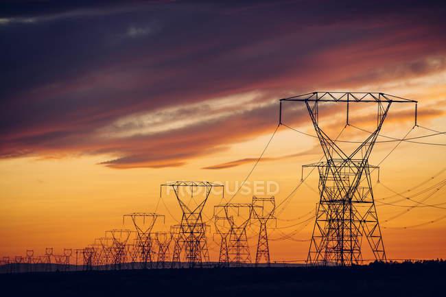 Электропередач на закат, Enterprise, штат Орегон, Соединенные Штаты, Северная Америка — стоковое фото