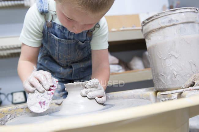 Garçon de façonner l'argile à potier — Photo de stock