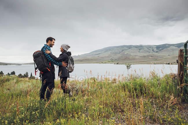 Couple standing beside Dillon Reservoir, face to face, Silverthorne, Colorado, USA — Stock Photo