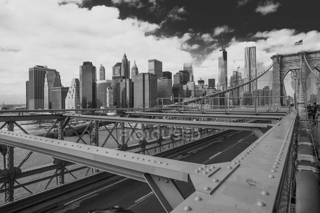 Vue du pont de Brooklyn et des gratte-ciel, B & W, New York, USA — Photo de stock