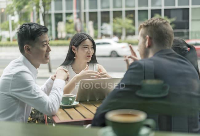 Gruppo di uomini d'affari che si incontrano al caffè all'aperto — Foto stock