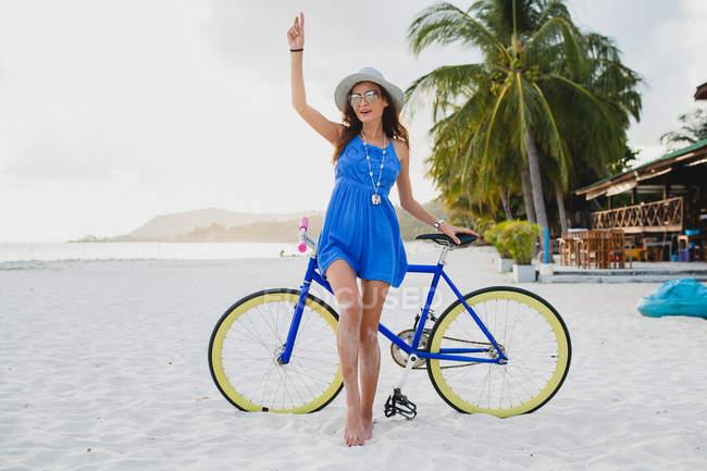 Портрет молодой женщины с велосипедов на песчаном пляже, Краби, Таиланд — стоковое фото
