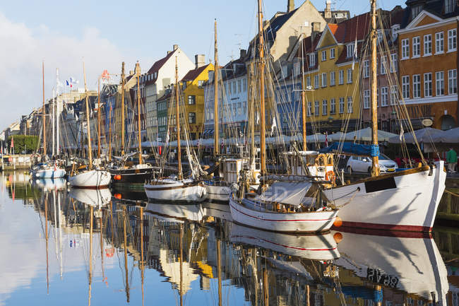 Moored boats and colorful buildings on Nyhavn canal, Copenhagen, Denmark — Stock Photo