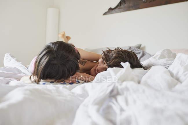 Мати і дочка, лежачи на ліжку в спальні, світло — стокове фото