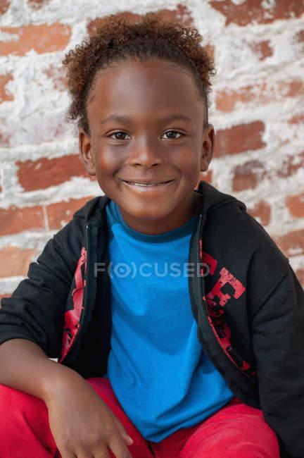 Retrato de menino sentado ao ar livre — Fotografia de Stock