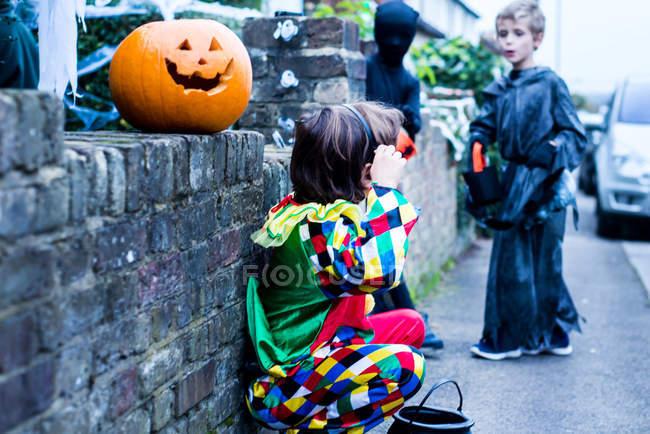Jeunes garçons vêtus d'un costume d'halloween, à côté de la maison, de ruse ou de soins — Photo de stock