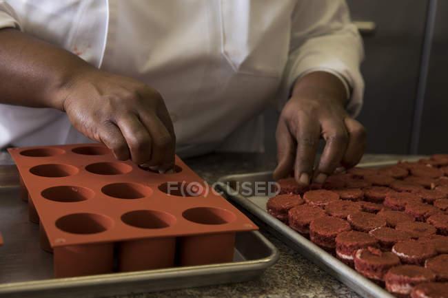 Recadrée vue du chef, préparation de gâteaux — Photo de stock