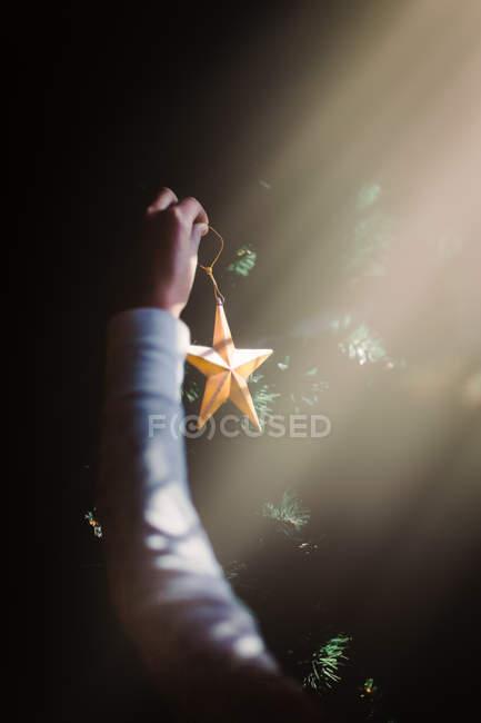 Ребенок, вывешивания Новогодние украшения — стоковое фото