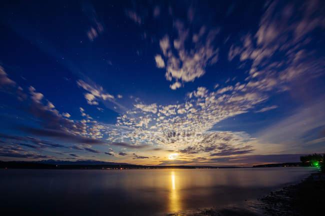 Scenic view of calm lake at sunset time, Puget Sound, Bainbridge, Washington, USA — Stock Photo